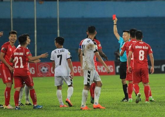 Sân Lạch Tray, điểm nóng ở vòng 5 V-League khi trọng tài rút 2 thẻ đỏ và 3 thẻ vàng cho hai đội. Ảnh: MINH HOÀNG