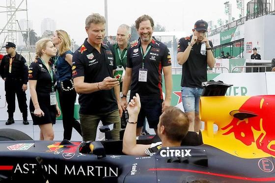 Biểu diễn đua xe F1 tại Việt Nam ảnh 1