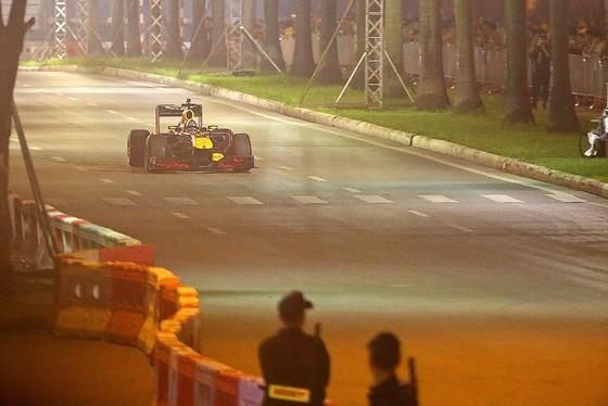 Biểu diễn đua xe F1 tại Việt Nam ảnh 3
