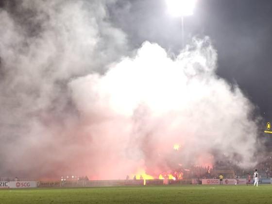 Pháo sáng được đốt trên sân Hàng Đẫy ở vòng 6. Ảnh: MINH HOÀNG