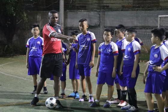 """Cựu trung vệ Lưu Ngọc Hùng: """"Chẳng ai làm đào tạo trẻ điên như tôi""""  ảnh 1"""