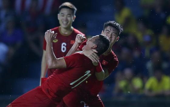 Anh Đức và Duy Mạnh vui mừng sau bàn thắng. Ảnh: DŨNG PHƯƠNG