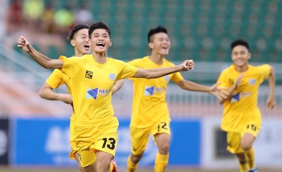 Niềm vui của các cầu thủ Thanh Hóa sau chiến thắng trên loạt sút luân lưu 11m. Ảnh: Dũng Phương