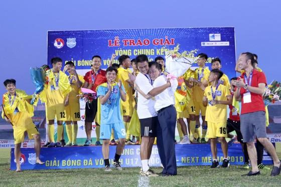 Bầu Đệ thưởng nóng các cầu thủ U17 Thanh Hóa 350 triệu đồng sau chiến thắng. Ảnh: ANH KHOA