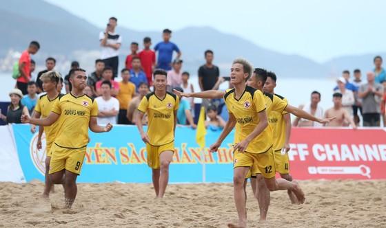 Những bất ngờ đầu tiên ở giải bóng đá bãi biển quốc gia 2019 ảnh 1