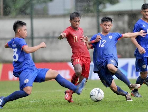 Indonesia (áo đỏ) quá mạnh so với Philippines. Ảnh: NGUYỄN  NHÂN