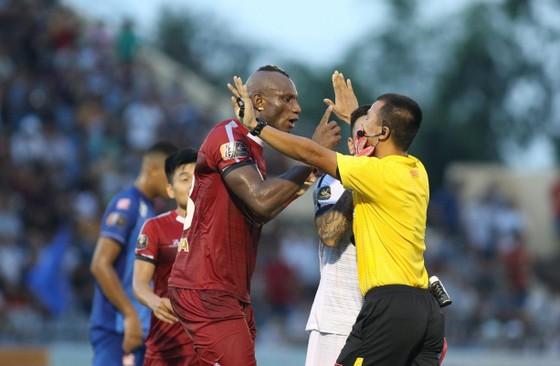 CLB TPHCM thua Quảng Nam từ quả phạt đền gây tranh cãi ảnh 2