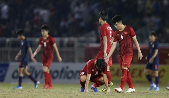 Cầu thủ đội chủ nhà thất vọng sau trận hòa như thua trước Thái Lan. Ảnh: DŨNG PHƯƠNG