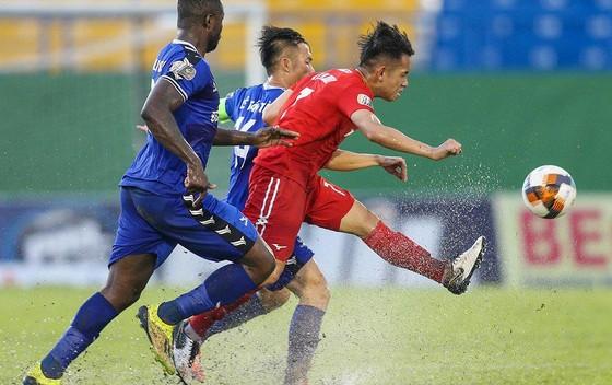 Càng chơi ở HA.GL, các cầu thủ như Hồng Duy (giữa) càng dễ... lụt nghề.