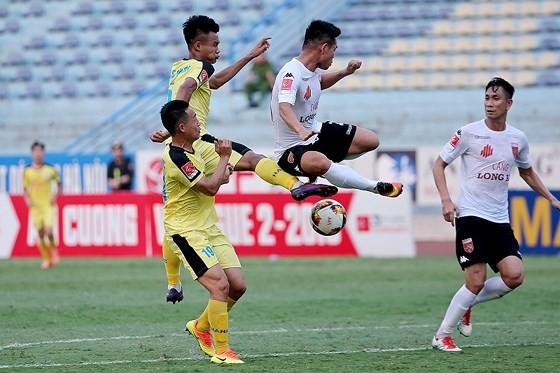Long An bất ngờ thắp lại hy vọng tranh suất đi dự play-off. Ảnh: Minh Hoàng