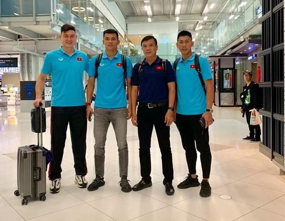 """Trợ lý Trần Minh Quang cùng các """"người nhện"""" của đội tuyển tại sân bay. Ảnh: Quang Minh"""