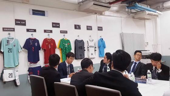 Đại diện hai đội đăng ký áo thi đấu, thủ môn... Ảnh: Đoàn Nhật
