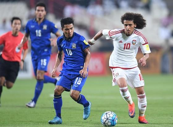 UAE (phải) gần đây chỉ hòa được Thái Lan 1-1 ở Asian Cup 2019.
