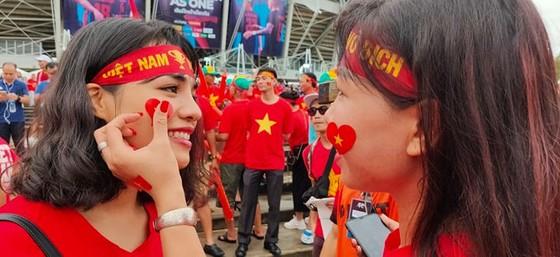 CĐV thổi bùng bầu không khí cuồng nhiệt trước trận Thái Lan - Việt Nam ảnh 3