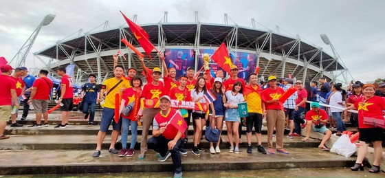 CĐV thổi bùng bầu không khí cuồng nhiệt trước trận Thái Lan - Việt Nam ảnh 1
