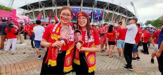 CĐV thổi bùng bầu không khí cuồng nhiệt trước trận Thái Lan - Việt Nam ảnh 8