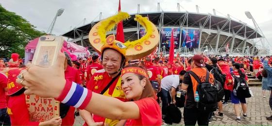 CĐV thổi bùng bầu không khí cuồng nhiệt trước trận Thái Lan - Việt Nam ảnh 4