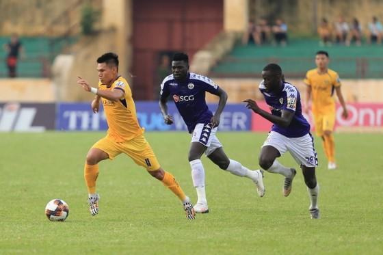 Dù rất cố gắng nhưng SLNA vẫn không thể ngăn cản CLB Hà Nội giành 3 điểm để sớm vô địch. Ảnh: Minh Hoàng