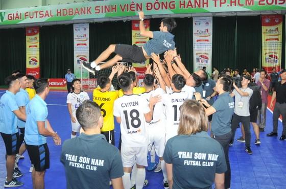 Thầy trò CLB Thái Sơn Nam vui mừng sau trận đấu. Ảnh: Anh Trần