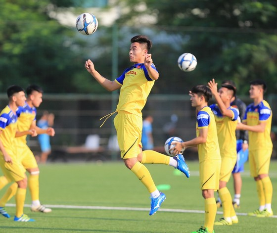 U22 Việt Nam dần thích nghi với mặt sân cỏ nhân tạo. Ảnh: Minh Hoàng