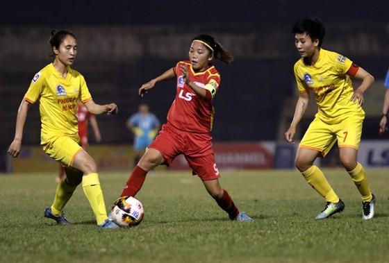 Huỳnh Như và các đồng đội kéo dài mạch trận bất bại lên con số 9. Ảnh: Anh Trần