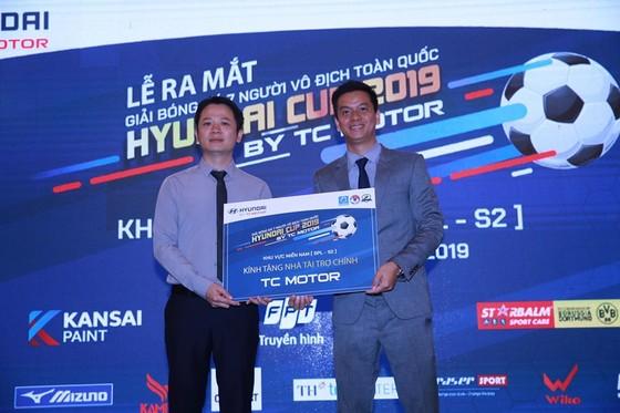 Ông Phạm Ngọc Tuấn (bên phải) trao kỷ niệm chương cho nhà tài trợ. Ảnh: Dũng Phương