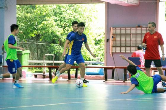 Toàn đội tịch cực chuẩn bị tại Nhà thi đấu Thái Sơn Nam. Ảnh: Anh Trần