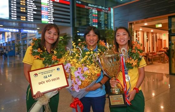 Đội tuyển nữ TPHCM vinh quang trong ngày về ảnh 4