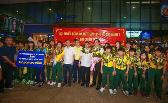 Đội tuyển nữ TPHCM vinh quang trong ngày về ảnh 1