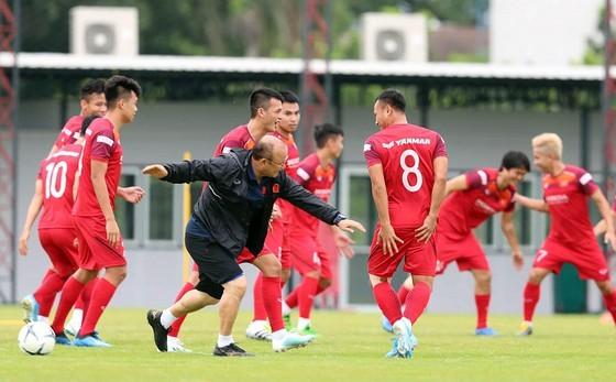 Cặp tiền vệ trung tâm ở trận đấu gặp Malaysia: Hùng Dũng và ai nữa? ảnh 1