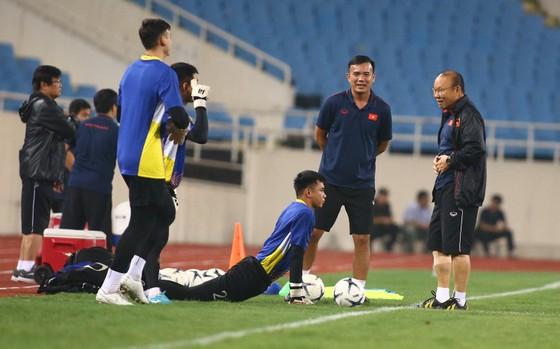 Thầy trò ông Park thoải mái trên sân tập tối 9-10. Ảnh: Minh Hoàng