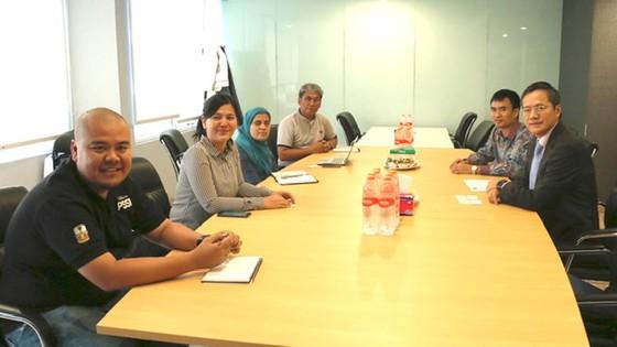 Đại sứ Phạm Vinh Quang (bìa phải) tại buổi làm việc cùng PSSI ngày 9-10. Ảnh: TTXVN