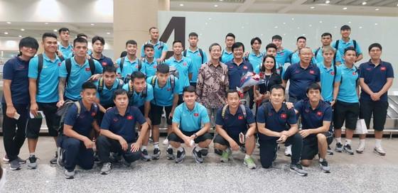 Đại sứ Phạm Vinh Quang ra đón đội tuyển tại sân bay. Ảnh: Đoàn Nhật