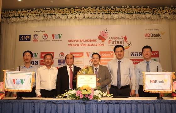 Ban tổ chức công bố nhà tài trợ Kim Cương là HDBank. Ảnh: Anh Trần