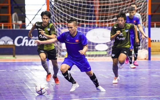 ĐT futsal Việt Nam ngược dòng thắng Chonburi 5-2 ảnh 1