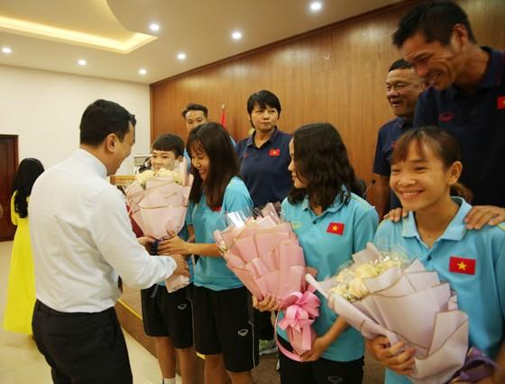 Phó Chủ tịch VFF Trần Quốc Tuấn trao hoa chúc mừng các tuyển thủ nữ Việt Nam. Ảnh: Đoàn Nhật