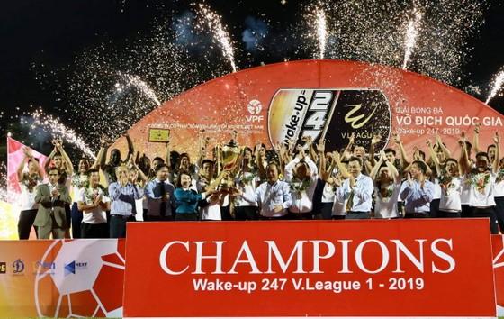 CLB Hà Nội nhận Cúp vô địch sau trận đấu. Ảnh: Minh Hoàng