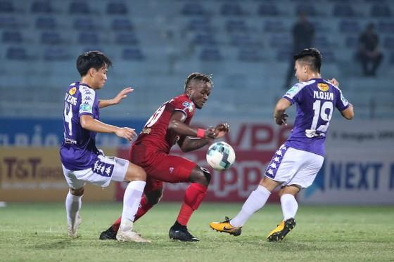 Trọng tài lại bị phản ứng trong trận Hà Nội - TPHCM ở Cúp Quốc gia 2019 ảnh 1