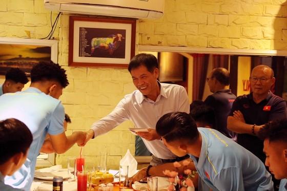 Lãnh đạo Tổng cục TDTT và VFF găp gỡ hai đội bóng Việt Nam ảnh 1
