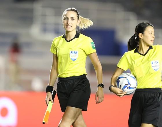 Nữ trọng tài xinh đẹp gây sốt trận chung kết bóng đá nữ ảnh 1