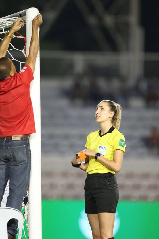 Nữ trọng tài xinh đẹp gây sốt trận chung kết bóng đá nữ ảnh 3
