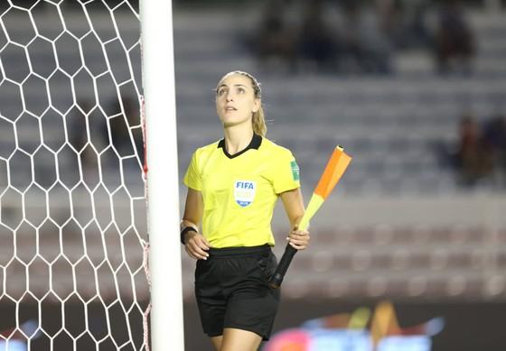 Nữ trọng tài xinh đẹp gây sốt trận chung kết bóng đá nữ ảnh 4