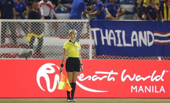 Nữ trọng tài xinh đẹp gây sốt trận chung kết bóng đá nữ ảnh 6