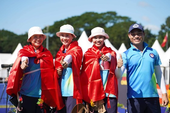 Các cô gái vàng của bắn cung Việt Nam đoạt HCV cung 1 dây đồng đội nữ. Ảnh: DŨNG PHƯƠNG