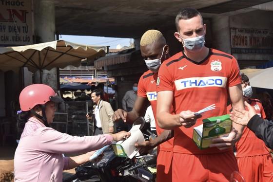 Cầu thủ HAGL nhiệt tình phát khẩu trang y tế cho người dân phố núi ảnh 3