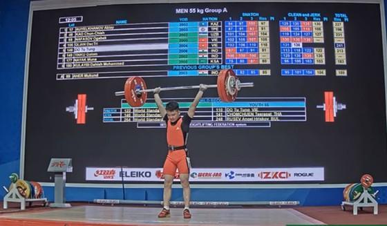 Lực sĩ Đỗ Tú Tùng đã xô ngã kỷ lục trẻ thế giới hạng cân 55kg nam.
