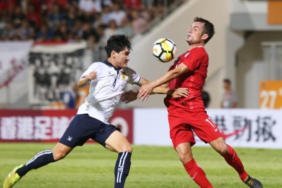 Trận đấu giữa Lào (trái) và Hồng Công diễn ra ngay 5-10-2017 bị thao túng tỉ số.