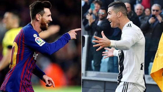 Cristiano Ronaldo (phải) vượt qua Messi trong cuộc bầu chọn của tờ Marca.