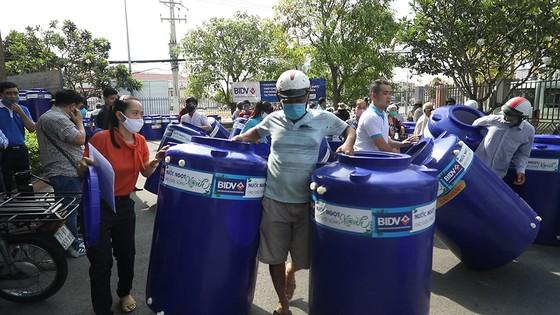 Tặng 13.300 bồn chứa nước và 39 máy lọc nước cho người nghèo tại Đồng bằng Sông Cửu Long ảnh 2