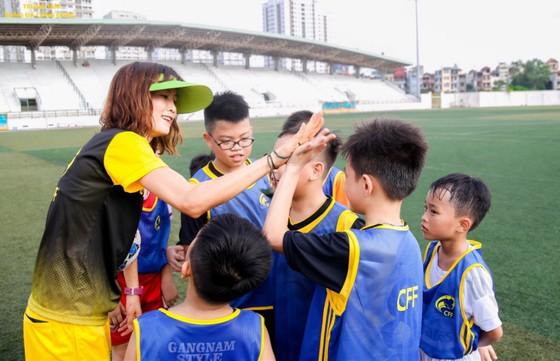 Người đẹp Ngọc Châm hết mình với bóng đá cộng đồng ảnh 1